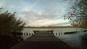 Träliten port med floden stock video