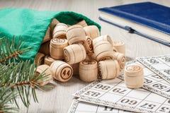 Trälottot barrels med påsen och modiga kort för en lek i lotto Royaltyfria Bilder
