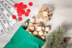 Trälottot barrels med påsen och modiga kort för en lek i lotto Royaltyfri Foto