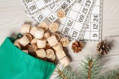 Trälottot barrels med påsen och modiga kort för en lek i lotto Arkivfoton