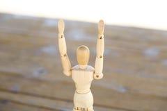 Trämänniska med isolerade lyftta händer arkivfoton