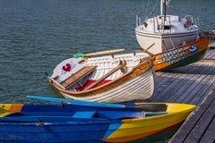 Trämålade fartyg och en yacht i vattnet av Blacket Sea på vågorna Royaltyfri Fotografi