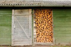 Trämagasin med bunten av trä Royaltyfri Fotografi