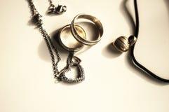Trämagisk amulett i formen av hjärta Selektivt fokusera Royaltyfri Bild