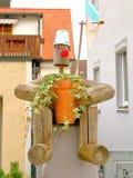 Träman som omfamnar en blomkruka Royaltyfri Bild