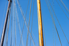 Trämast, riggning och rep av den gamla segelbåten Royaltyfria Bilder