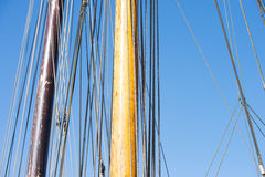 Trämast, riggning och rep av segelbåten Arkivbild