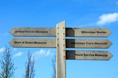 Träminnesmärkear undertecknar på den nationella minnes- arboretumen, Alrewas arkivbilder