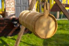 Trämjölkkanna som hänger för att göra smör- eller yayikayrani royaltyfri foto