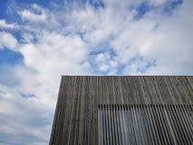 Trämodern byggnad med fantastisk himmel, modern arkitektur med förädlade linjer och minimalist design arkivfoto