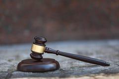 Trämodern rättvisaauktionsklubba på träskrivbordet royaltyfri fotografi