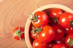 trämogna tomater för bunke royaltyfri fotografi