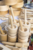 Trämortlar och mortelstötar som är till salu på en marknad Fotografering för Bildbyråer