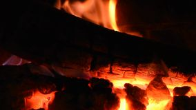 Trän bränner inom en spis lager videofilmer