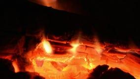 Trän bränner inom en spis arkivfilmer