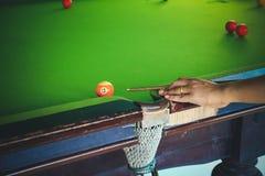 Tränga in i ett hörn spelaren, man leksnooker, justera färgsignalen Royaltyfri Bild
