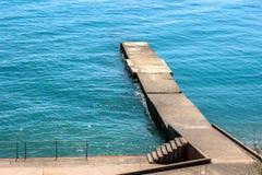 Tränga igenom kusten, trappa till havet Royaltyfri Bild
