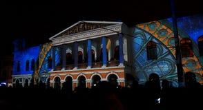 Tränga ihop att beundra anblicken av ljus som projekteras på fasaden av Teatroen Sucre, i den historiska mitten av Quito Royaltyfri Fotografi