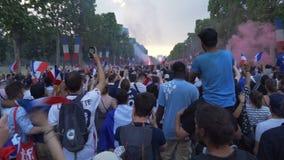 Tränga ihop att fira segern på den Champs-Elysees avenyn i Paris i Frankrike efter den 2018 världscupen arkivfilmer