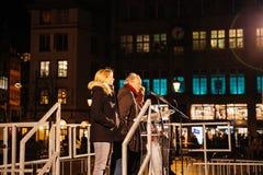 Tränga ihop att lyssna till anförande i mitt av Strasbourg Arkivfoto