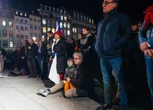 Tränga ihop att lyssna till anförande i mitt av Strasbourg Arkivfoton