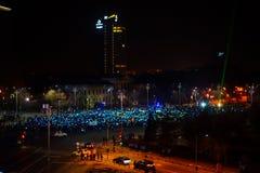 Tränga ihop att protestera och att bilda den europeiska fackliga flaggan i Bucharest, Rumänien Arkivfoto