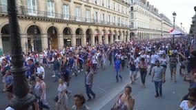 Tränga ihop i Rue de Rivoli i Paris i Frankrike som går till Champset-Elysees efter den sista leken för världscup 2018 arkivfilmer