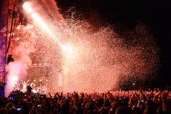 Tränga ihop klockan en konsert av den berömda musikbandet Arcade Fire, medan kasta konfettier från etappen på Heineken Primavera, Arkivfoton