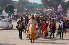 Tränga ihop på den största festivalen i världen - Kumbh Mela Arkivbild