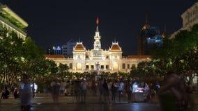 Tränga ihop på Nguyen Hue Pedestrian Street med statyn Ho Chi Minh, Vietnam timelapse lager videofilmer