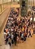 Tränga ihop väntningar att skriva in gångtunneldrevet i Singapore Royaltyfria Foton