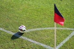 Tränga någon flaggan med bollen på ett fotbollfält i Genua, Italien royaltyfria bilder