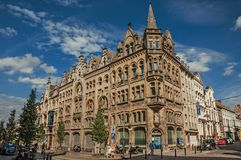 Tränga någon gatan med gammal typisk byggnad i Ghent fotografering för bildbyråer