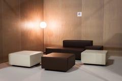Tränga någon med soffan på HOMI, internationell show för hem i Milan, Italien Arkivbild