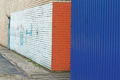 tränga någon och målade väggen Arkivfoton