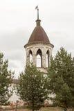 Tränga någon tornet av kloster av ärkeängeln Michael, Yuryev-Polsky, Ryssland royaltyfri bild
