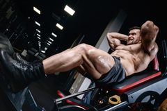 Tränga sig in idrotts- män för den brutala starka kroppsbyggaren som pumpar upp, med D Royaltyfri Foto