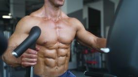 Tränga sig in idrotts- män för den brutala starka kroppsbyggaren som pumpar upp, med hantlar lager videofilmer