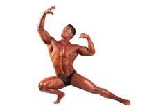 Tränga sig in manlig modell som poserar i studio på ett ljus arkivbild