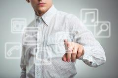 Trängande applikationknapp för ung affärsman på datoren med t Royaltyfri Fotografi