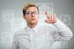 Trängande applikationknapp för ung affärsman på datoren med t Royaltyfri Bild