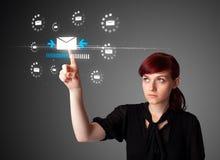 Trängande faktisk messagingtyp för affärskvinna av symboler Fotografering för Bildbyråer