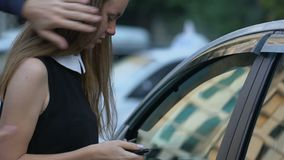 Trängande flicka för aggressiv tjuv till bilen och att stjäla pengar och smycken, bilkapning arkivfilmer
