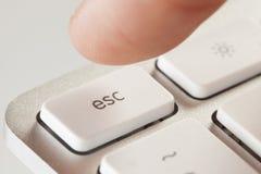 Trängande flykt för finger på en Grey Computer Keyboard Arkivfoton