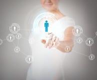 Trängande knapp för affärskvinna med kontakten Arkivbilder