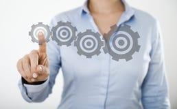 Trängande knapp för affärskvinna på den digitala pekskärmen fotografering för bildbyråer
