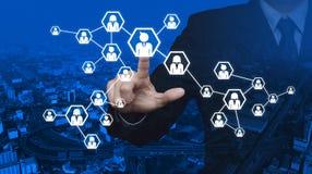 Trängande nätverkssymbol för affärsman över stadstorn och blå gata Royaltyfria Foton