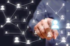 Trängande social nätverksknapp för affärsman på modern digital dis royaltyfri fotografi