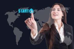 Trängande startknapp för affärskvinna på digital genomskinlig scre arkivfoto