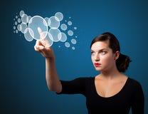 Trängande tekniskt avancerad typ för affärskvinna av moderna knappar Royaltyfri Foto